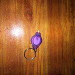 מחזיק מפתחות פנס לד בצבע סגול